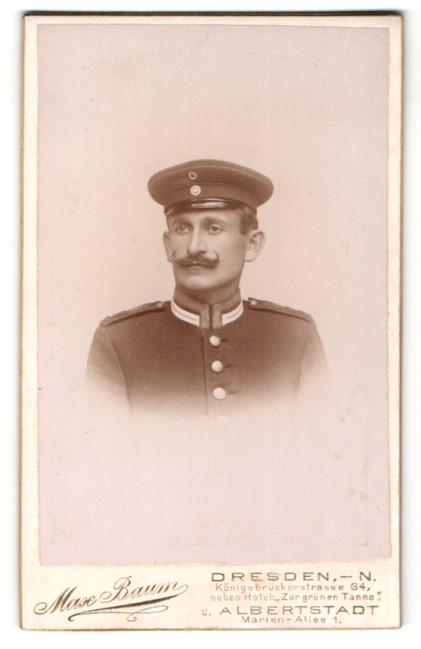 Fotografie Max Baum, Dresden-N., Portrait hübscher Soldat mit Schnurrbart und Schirmmütze in Uniform