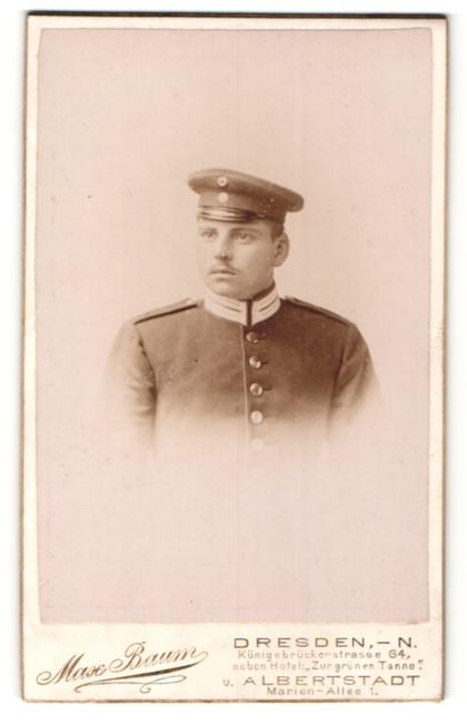 Fotografie Max Baum, Dresden-N., Portrait hübscher junger Soldat mit Schirmmütze in interessanter Uniform