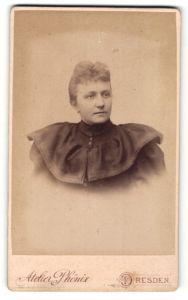 Fotografie Atelier Phönix, Dresden, Portrait schöne blonde Frau in prachtvoller Bluse mit breitem Kragen