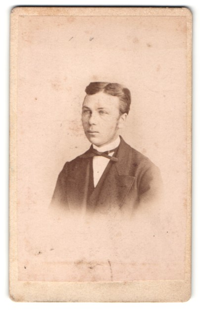 Fotografie A. Sturmhoefel, Freiberg i. S., Portrait charmanter dunkelhaariger Mann mit Mittelscheitel und Fliege