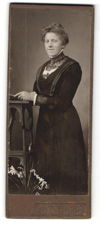 Fotografie Friedr. Schneider, Mühlhausen / Thür., charmant lächelnde junge Frau mit Brosche am Kragen