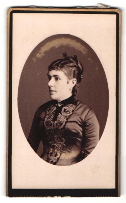 Fotografie Gremion Freres, Angers, Portrait einer Frau mit eleganter Frisur