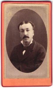 Fotografie Yvon, Loches, Portrait Herr mit Schnauzbart im Anzug