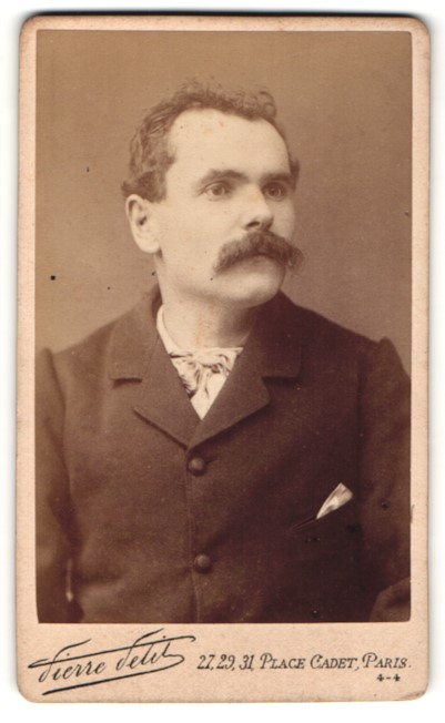 Fotografie Pierre Petit, Paris, Portrait Herr mit Schnauzbart im Anzug mit Einstecktuch