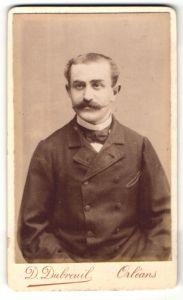 Fotografie D. Dubreuil, Orleans, Portrait junger Herr mit Schnauzbart im Anzug