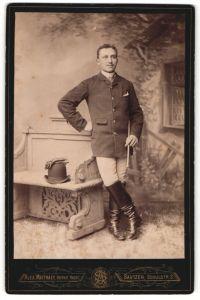 Fotografie Alex. Matthaey, Bautzen, Junger Mann in Reiterstiefeln und Hand an der Hüfte