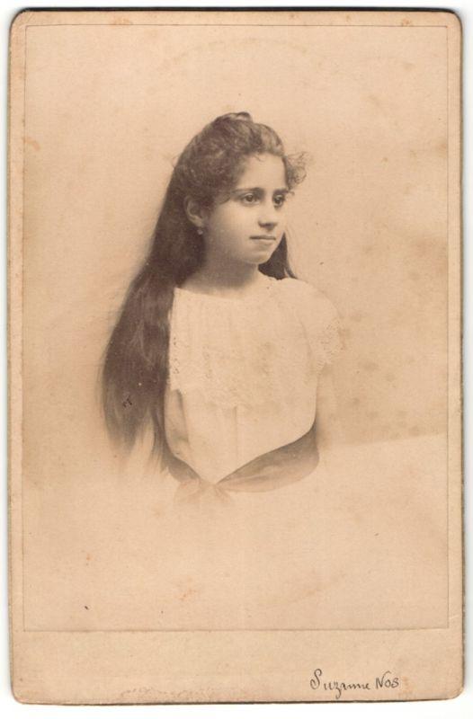 Fotografie Susanne Nos, unbekannter Ort, junges hübsches Mädchen mit langen dunklen  Haaren posiert in 21fbaf0de0