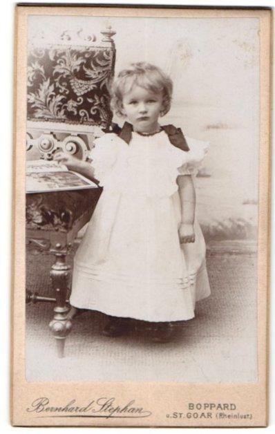 Fotografie Bernhard Stephan, Boppard, Portrait kleines Mädchen in Kleidchen