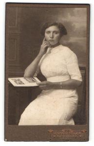 Fotografie Gerhard Müller, Rotenburg i/Hann., Portrait junge Dame in sommerlichem Kleid