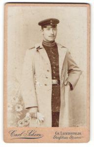 Fotografie Carl Scherz, Gr. Lichterfelde, Portrait Soldat mit Uniformmantel