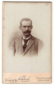 Fotografie Wilhelm Nottbrock, Gütersloh, Portrait bürgerlicher Herr im Anzug mit Zwirbelbart