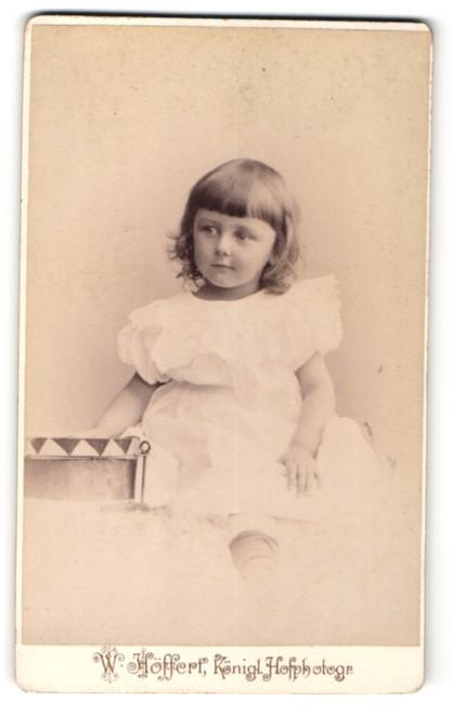 Fotografie W. Höffert, Berlin, Portrait niedliches Mädchen im weissen Kleid