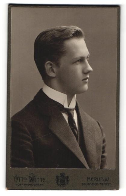 Fotografie Otto Witte, Berlin, Portrait eleganter junger Mann im Anzug mit Krawatte
