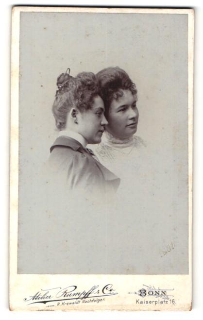 Fotografie Atelier Rumpff & Co, Bonn, Zwei Damen mit Hochsteckfrisur posieren Kopf an Kopf
