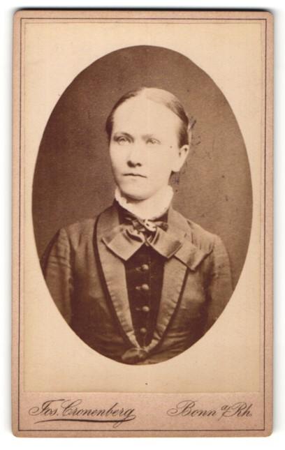 Fotografie Jos. Cronenberg, Bonn a. Rh., Portrait Frau in Kleid mit Rüschenkragen blickt verträumt