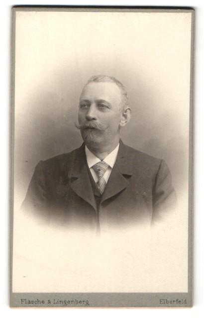 Fotografie Flasche & Lingenberg, Elberfeld, Portrait Herr mit Schnauzbart im Anzug mit Krawatte