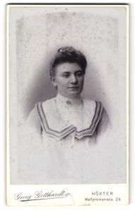 Fotografie Georg Gotthardt, Höxter, Portrait Dame mit Hochsteckfrisur und hochkragigem Kleid blickt verträumt