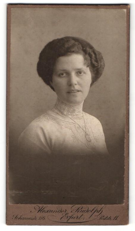 Fotografie Alexander Rudolph, Erfurt, Portrait elegante Dame in weissem Spitzenkleid