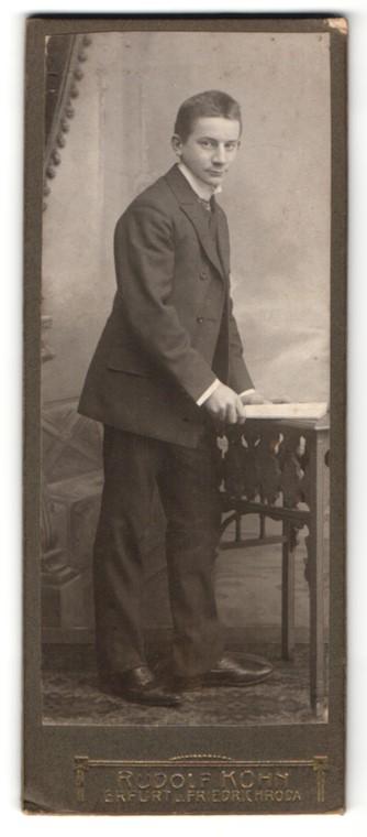 Fotografie Rudolf Kühn, Erfurt, Junger Herr im Anzug lächelt
