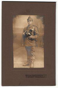 Fotografie Karl Brucksch, Dresden, Junger Soldat mit Pickelhaube und Marschrucksack