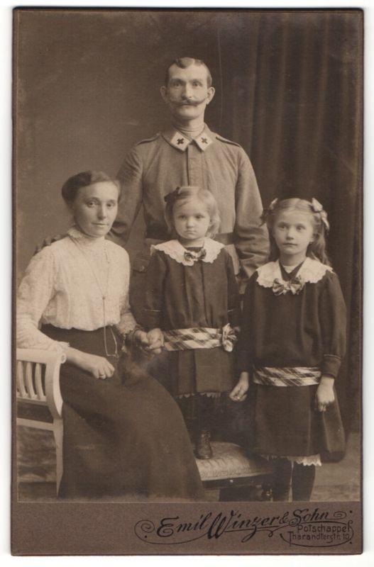 Fotografie Emil Winzer, Potschappel, Junge Familie posiert mit seinen beiden Töchtern in Kleidchen