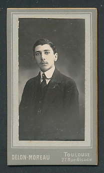 Fotografie Delon-Moreau, Toulouse, Portrait junger Herr in Anzug