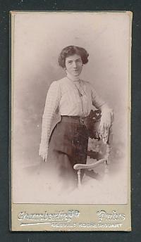 Fotografie Chamberlin, Paris, Portrait junge Dame mit Hochsteckfrisur