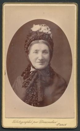 Fotografie Dessendier, Paris, Portrait Frau mit zeitgenöss. Haube