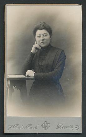 Fotografie Samaritaine, Paris, Portrait Dame mit zusammengebundenem Haar