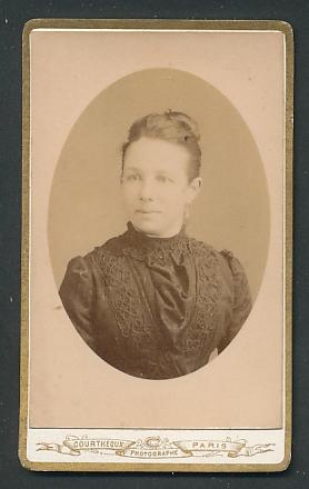 Fotografie Courtheoux, Paris, Portrait Frau mit zusammengebundenem Haar