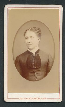 Fotografie Phot. Universelle, Lyon, Portrait Dame mit zusammengebundenem Haar
