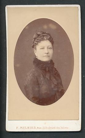Fotografie F. Mulnier, Paris, Portrait Dame mit zeitgenöss. Frisur