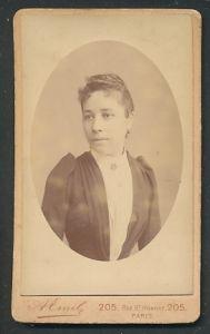 Fotografie A. Emil, Paris, Portrait junge Frau mit zusammengebundenem Haar