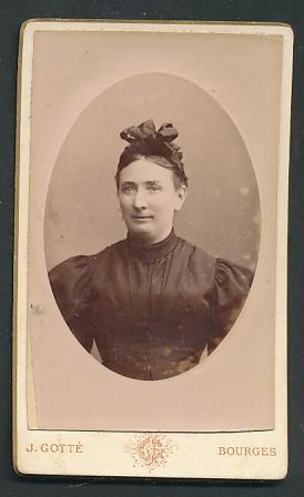 Fotografie J. Gotté, Bourges, Portrait Frau mit Haarschleife