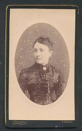 Fotografie Pereni, Tarbes, Portrait junge Frau in zeitgenöss. Garderobe