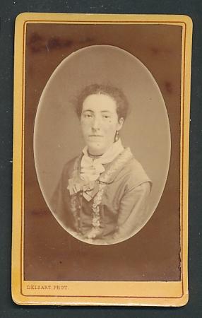 Fotografie Delsart, Valenciennes, Portrait Frau mit zusammengebundenem Haar