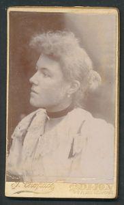Fotografie J. Chapuis, Dijon, Profilportrait junge Frau mit Haarknoten