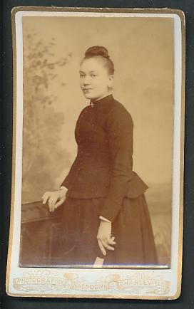 Fotografie Vassogne, Charleville, Portrait Fräulein mit zusammengebundenem Haar