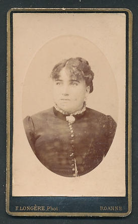 Fotografie F. Longière, Roanne, Portrait junge Frau mit zusammengebundenem Haar