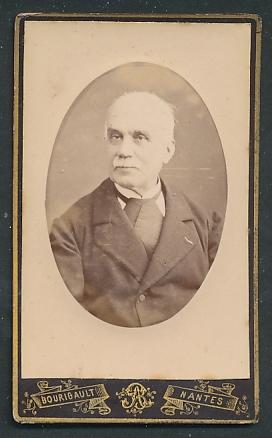 Fotografie Bourigault, Nantes, Portrait betagter Herr mit Oberlippenbart