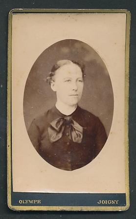 Fotografie Olympe, Joigny, Portrait junge Frau mit zusammengebundenem Haar