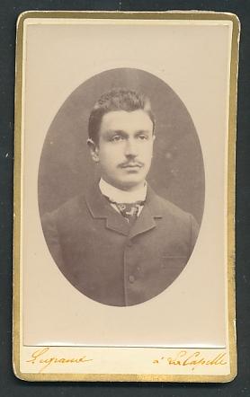 Fotografie Supaud, La Capelle, Portrait Herr mit Bürstenhaarschnitt