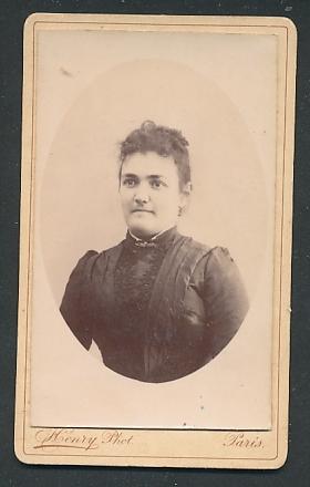 Fotografie Henry, Paris, Portrait Frau mit zusammengebundenem Haar
