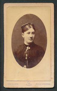 Fotografie Crillon, Paris, Portrait junge Frau mit zusammengebundenem Haar
