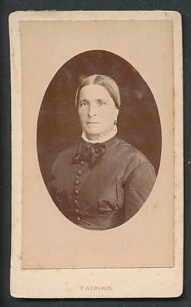 Fotografie F. Gervais, Honfleur, Portrait Frau in zeitgenöss. Garderobe
