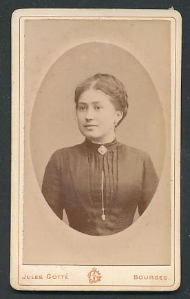 Fotografie Jules Gotté, Bourges, Portrait junge Frau mit zusammengebundenem Haar