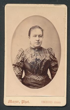 Fotografie Mayer, Vincennes, Portrait Frau mit zusammengebundenem Haar