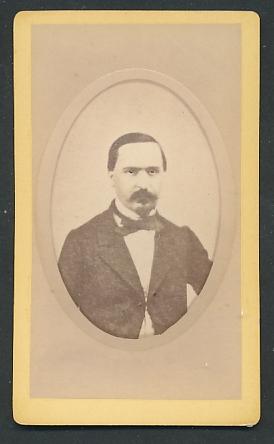 Fotografie Noroy, Pont-à-Mousson, Portrait vornehmer Herr mit Schnauzbart im Anzug mit Fliege