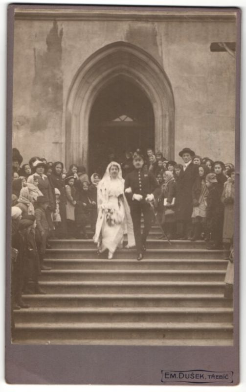 Fotografie Em. Dusek, Trebic, Hochzeitspaar, Soldat & hübsche Braut kommen aus der Kirche