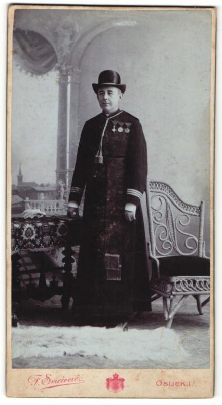 Fotografie Franz Svircevic, Osijek, Geistlicher mit österreichischen Orden